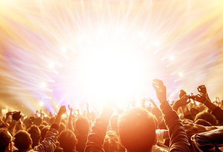 Actieve gelukkige mensen genieten van rock concert, vele lichten van het stadium waarin het spelen van beroemde muzikale band, nacht entertainment-concept Stockfoto