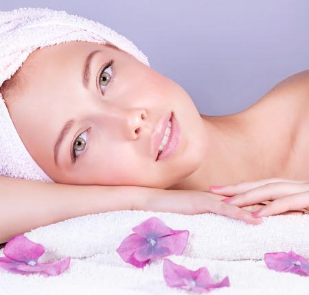 Close-up portret van aantrekkelijke zachte vrouwelijke genieten van dag spa in luxe schoonheidssalon, alternatieve geneeskunde, harmonie en innerlijke vrede concept van Stockfoto