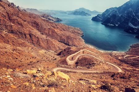 美しい風景、乾燥アラビア山海、アラブの国、旅行および観光事業の概念にエキゾチックな旅行の曲線道路 写真素材