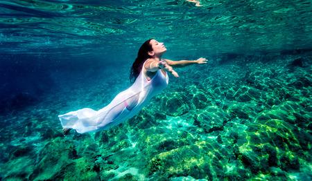 paz interior: Hermosa mujer de relax en el agua, natación activa viajero bajo el agua, disfrutando de la libertad y la naturaleza pacífica submarino, el placer y el disfrute concepto