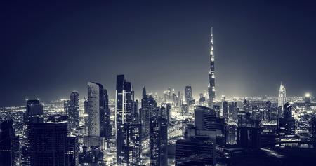Schöne Dubai Stadt bei Nacht, majestätischen glühenden Stadtbild in der Nacht dunkel, wunderschöne moderne Architektur, Luxus-Reisen und Tourismus-Konzept