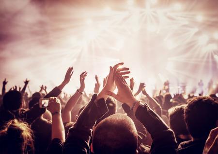 manos levantadas: Foto del estilo de la vendimia de una multitud, la gente feliz disfrutando de un concierto de rock, levant� las manos y las palmas de placer, noche activo concepto de vida