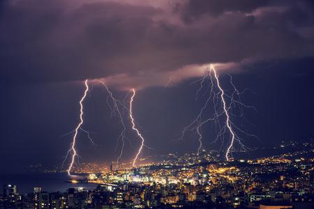 Mooie bliksem bij nacht over prachtige gloeiende Libanon, majestueuze nachtelijke stadsbeeld, stormachtig weer Stockfoto