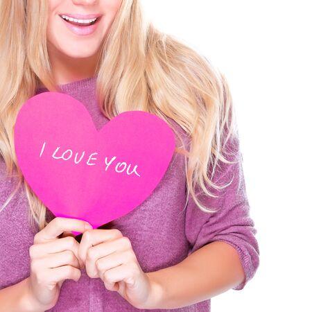 part of me: Muchacha feliz que sostiene en las manos tarjeta rosa saludo en forma de coraz�n con el texto aislado en el fondo blanco, te amo, cara de la pieza, el d�a de San Valent�n