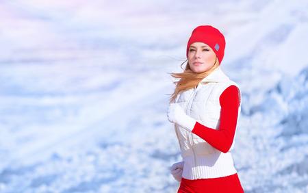 Egészséges lány fut külső, aktív sportos női gyakorlása, fogyás és testápoló kardio programot, nő élvezi kocogni télen, sport és fitness életmód Stock fotó