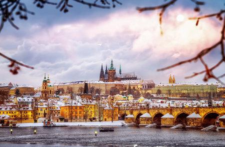 겨울에 아름 다운 프라하, 찰스 다리 Vltava 강, 체코 공화국, 역사적 중세 건물, 겨울 유럽 풍경 에디토리얼