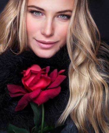 femme blonde: Portrait Gros plan d'une femme belle de luxe avec une rose rouge, maquillage parfait, regard de la mode, la Saint-Valentin, l'amour et le concept de la passion