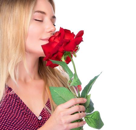 ojos cerrados: Primer retrato de una mujer dulce lindo que huele fresca rosa roja sobre fondo blanco, con los ojos cerrados de placer, feliz d�a de San Valent�n concepto