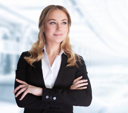 Überzeugte Geschäftsfrau Stehen im Büro, CEO von großen Unternehmen, erfolgreiche Karriere, Frau in der modernen Arbeitsplatz, professionelle Leute Lifestyle- Standard-Bild