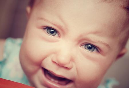 ojos llorando: Primer estilo vintage retrato de un beb� llorando, muy triste ni�o lindo, mala expresi�n facial humor, el comportamiento de lloriquear, concepto de infancia infeliz
