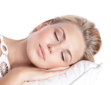 gente durmiendo: Retrato de detalle de linda rubia niña serena dormir, atractivo gentil mujer con los ojos cerrados tumbado en la almohada aislado en fondo blanco, la paz y la armonía concepto Foto de archivo