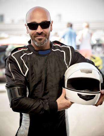 レース ドライバー ポートレート、スポーツの服装とスタイリッシュなサングラス、ヘルメット、レース、アクティブなライフ スタイル概念の幸せ
