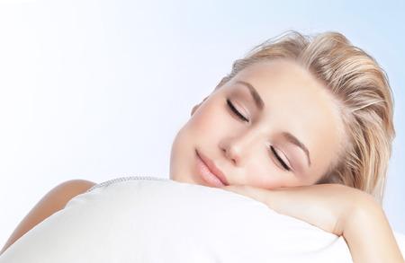 Retrato de detalle de hermosa mujer durmiendo en la almohada aisladas sobre fondo azul y blanco, feliz día tranquilo sueño, la concepción de la relajación Foto de archivo - 37309575