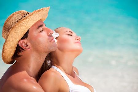 ojos cerrados: Primer retrato de hermosas j�venes amantes con los ojos cerrados disfrutando de un d�a soleado en la playa Foto de archivo