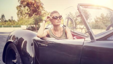 Mooie vrouw zitten in cabriolet Stockfoto
