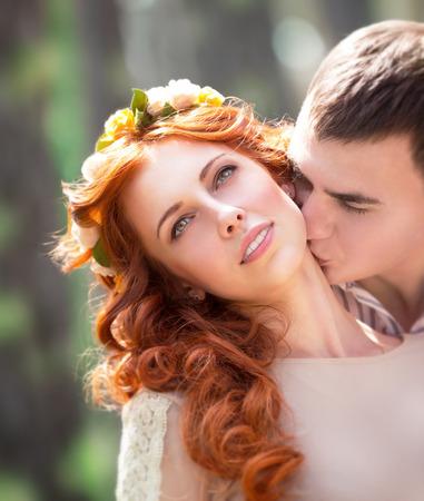 enamorados besandose: Primer retrato de la hermosa pareja de enamorados suave, feliz apuesto novio besando a su novia concepto cuello precioso, amor y el romance