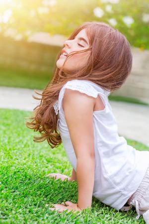 ni�os sanos: Peque�o beb� meditando al aire libre, la relajaci�n y el equilibrio zen, estiramiento y haciendo ejercicios de yoga para los ni�os en campo de hierba verde fresca, estilo de vida saludable y el bienestar