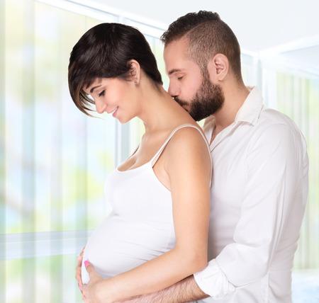 mujer bonita: Beb� joven en espera de pareja, hombre guapo abrazando a su bonita esposa embarazada y besar su cuello, embarazo feliz y saludable