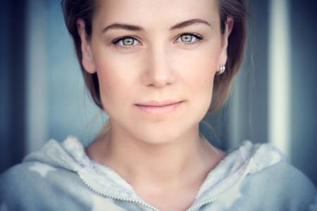 ojos verdes: Retrato natural de una mujer hermosa y auténtica belleza del rostro de mujer de raza caucásica, maquillaje lite en perfectas de la piel y ojos verdes, auténtica chica de aspecto natural