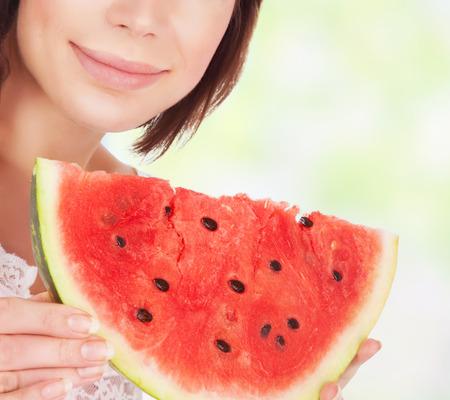 comiendo frutas: Estilo de alimentación saludable, hermosa mujer comiendo sandía al aire libre, cara parte, disfrutando de fruta fresca madura rojo, sabroso jugosa verano postre