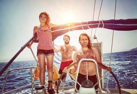 Drie vrienden op zeilboot, genieten van de zomer vakantie in de zee, actieve levensstijl, gelukkig zomer avontuur op het vervoer over water