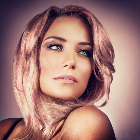 유행: 보라색 배경 위에 트렌디 한 핑크 파스텔 머리 색깔과 연기가 자욱한 눈 화장, 얼굴을 가진 아름다운 섹시한 여자의 근접 촬영 초상화, 유행보기