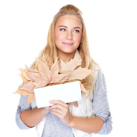 hoja en blanco: Mujer hermosa con el ramo del otoño aislada en el fondo blanco, sosteniendo en las manos hojas de arce secas y tarjetas postales en blanco