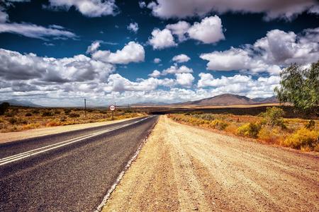 route: Freeway dans la région sauvage, autobahn dans la campagne, signe de limitation de vitesse, Voyage automobile en Afrique du Sud
