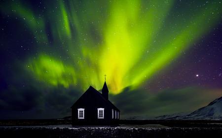 Światła: Piękne zielone jasne światło Northern nad kościołem, mała wieś w Islandii, niesamowite siły natury, wspaniałe nocne niebo krajobraz
