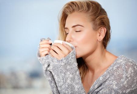 capuchino: Retrato de la hermosa chica sensual feliz con los ojos cerrados disfrutando sabrosa fuerte café de la mañana, desayunando en la cafetería al aire libre