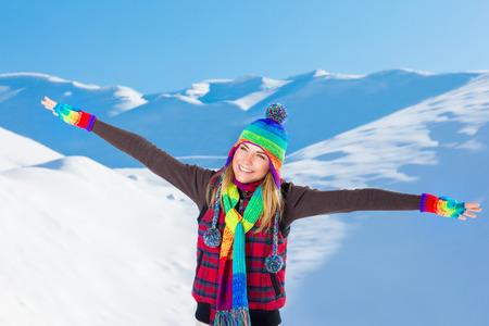 the weather: Feliz mujer alegre con las manos levantadas disfrutando de belleza de la naturaleza de invierno, pasar el tiempo libre en las monta�as nevadas