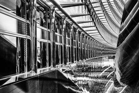 blanco negro: Interior moderno hermoso del edificio de oficinas, fondo abstracto blanco y negro, elegante contracción de acero contemporánea