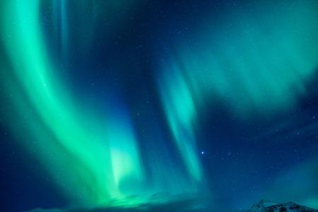 Mooie blauwe en groene noordelijke licht, abstracte natuurlijke achtergrond, magie paranormale licht in de nachtelijke sterrenhemel, prachtige natuur van IJsland Stockfoto