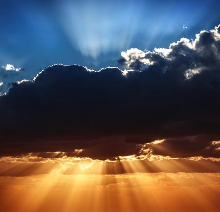 Mooie hemel landschap, blauwe en gele hemel, geweldig uitzicht op zonnestralen breken door grote donkere wolken, schoonheid van de prachtige natuur Stockfoto