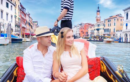romance: 유럽의 즐거움 지출 신혼 여행 베니스에서 그랜드 운하에 곤돌라를 타고 젊은 행복 한 커플,