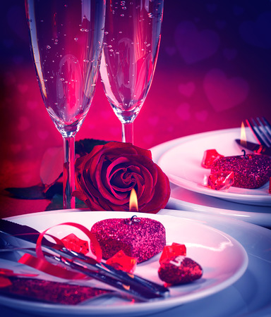 Mooi stilleven van romantisch diner in rode kleuren, feestelijke lijst die in de dag van restaurantvalentine, liefde en Romaans concept plaatsen