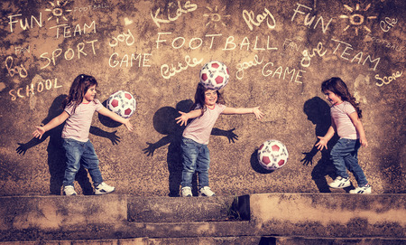 Juego de la niña con la bola, collage de acción del niño juguetón activo, jugando al fútbol en el patio, que se divierten al aire libre, el deporte del cabrito Foto de archivo