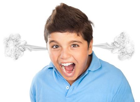 Portret van de boze tiener jongen op een witte achtergrond, woedend gezichtsuitdrukking, kerel het openen van de mond en schreeuwen, slecht humeur, tienerjaren begrip Stockfoto