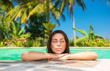 ojos cerrados: Retrato de detalle de una hermosa mujer tranquila con los ojos cerrados disfrutando de luz brillante del sol caliente, la relajaci�n en una piscina, vacaciones de verano de lujo