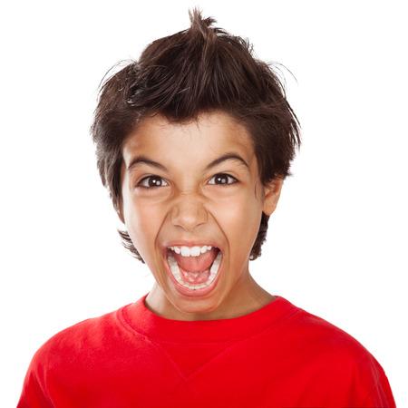 niños malos: Retrato de un niño loco gritando, Trastorno del niño con la boca abierta gritando muy fuerte, el estrés y el mal humor la expresión facial, aislado en fondo blanco