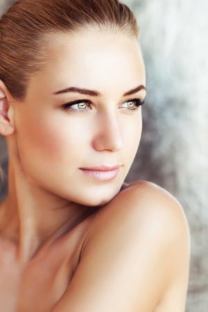 Portré egy gyönyörű nő, zöld szeme rajta természetes smink, hiteles szépség, divat megjelenés, gyönyörű fiatal modell arcát