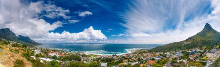 Camps Bay und den Löwenkopf Berg, erstaunliche Panorama-Landschaft der Küsten-Stadt zwischen zwei Bergen, Kapstadt, Südafrika