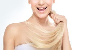 Gesicht Teil eines glücklichen blonden Mädchen mit gesunden glänzenden glänzend Haar über weißem Hintergrund grau, Foto mit Kopie Raum, gesundes Haar Konzept