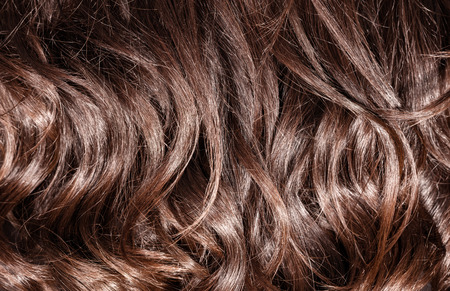 tinte cabello: Fondo hermoso sano marrón oscuro y rizado cabello, tinte para el cabello perfecto, el concepto de tratamiento para el cabello Foto de archivo