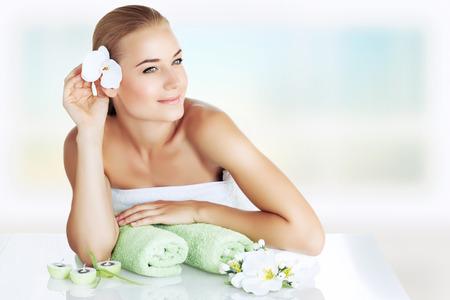 fraue: Porträt einer schönen jungen Frau genießen Day Spa, verbringen Zeit in Luxus-Schönheitsklinik, Hautpflege und Aromatherapie, alternative Medizin Konzept