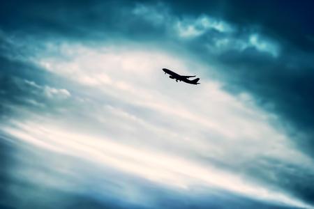 空、青い曇り空を背景、贅沢な旅行、旅、高価な輸送上大きな旅客機のシルエットの飛行機 写真素材