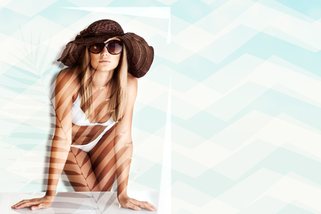 Beau modèle posant en bikini blanc, forme de corps en forme parfaite, mode de plage pour femmes, vacances d'été tropicales, tannage et soin de la peau Banque d'images - 81863720