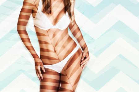 Hermoso modelo con un perfecto cuerpo de bronceado, parte del cuerpo, foto con espacio de copia, estilo de playa de moda, vacaciones de verano de lujo