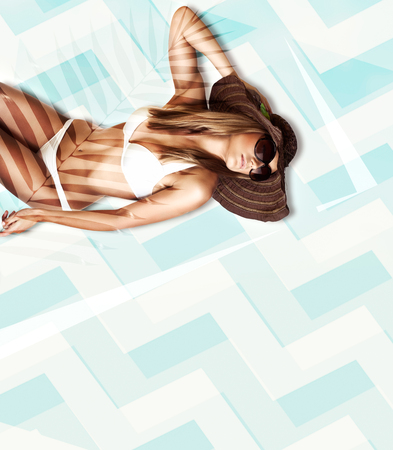 Hermosa modelo posando en bikini blanco, perfecta forma de cuerpo sano, womens moda playa, vacaciones de verano tropical, bronceado y cuidado de la piel concepto
