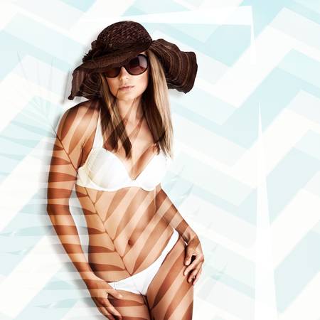 흰색 비키니, 완벽 한 건강 한 신체 셰이프, 여자 비치 패션, 열 대 여름 휴가, 선탠 및 스킨 케어 개념에서에서 포즈를 취하는 아름 다운 모델